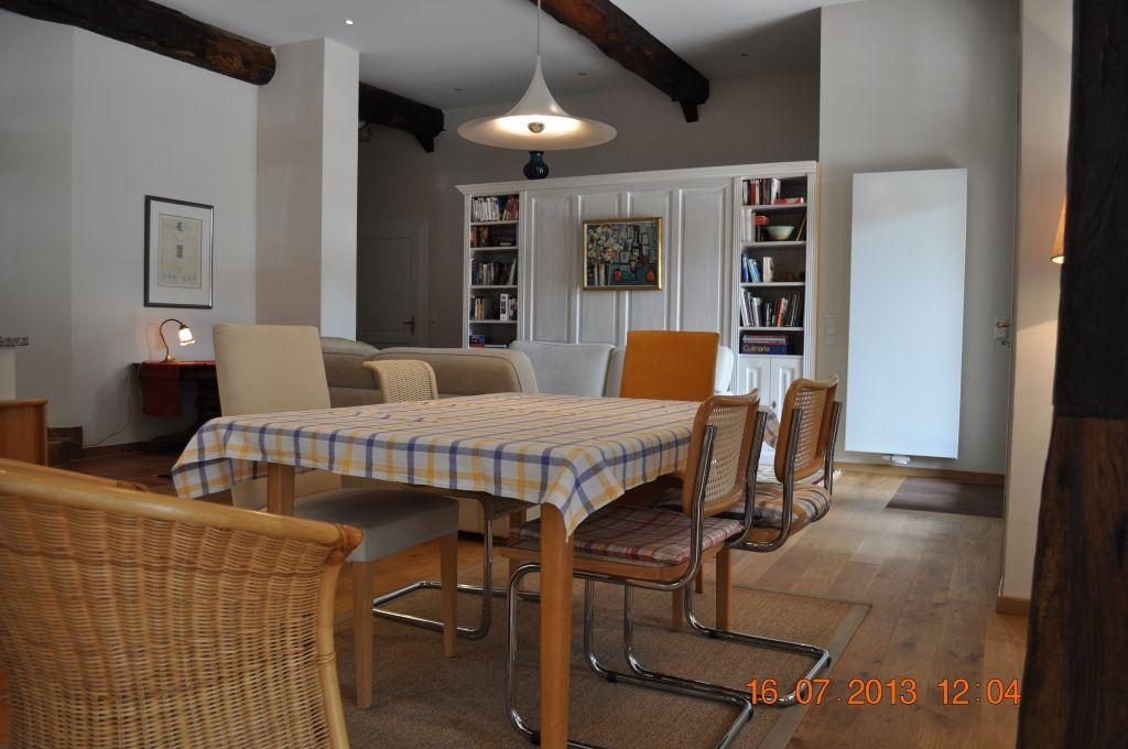 Esstisch und sechs Stühle im Wohn-/Esszimmer in der Fewo Aller