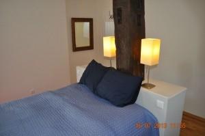 Schlafzimmer für zwei Personen mit Doppel-Boxspringbett und Kleiderschrank