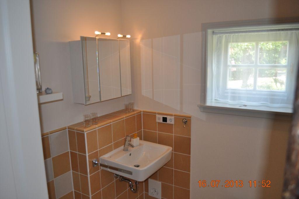 Fußbodenheizung, ebenerdige Dusche,Badewanne und Tageslicht sorgen für hohen Komfort im Bad