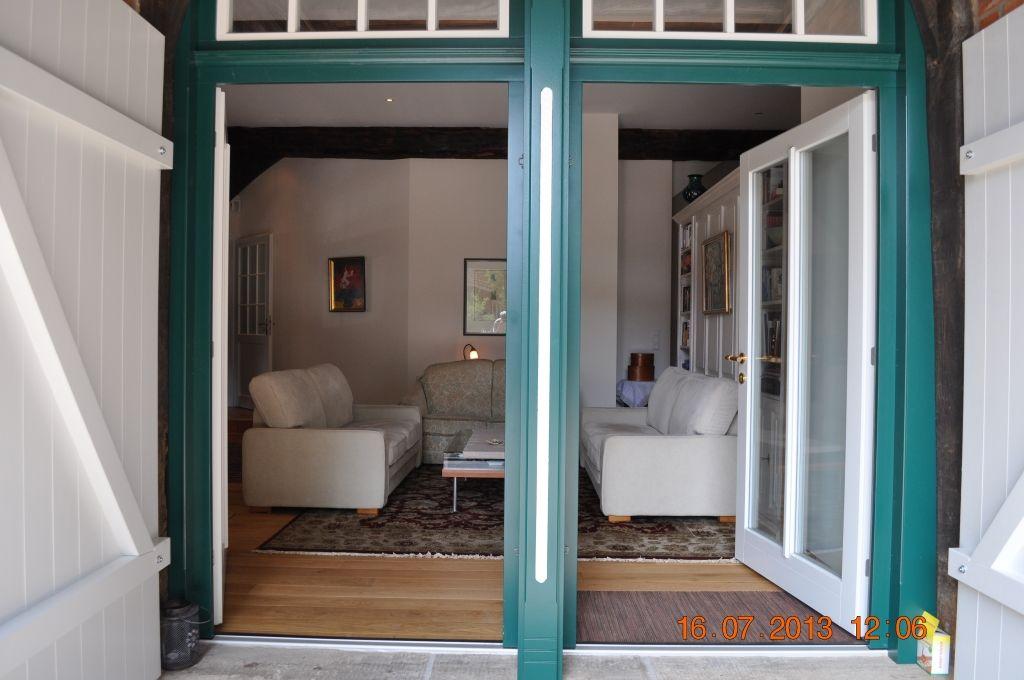 Viel Licht fällt durch die großen Fensterflächen der Grooten Dör in das Wohnzimmer.