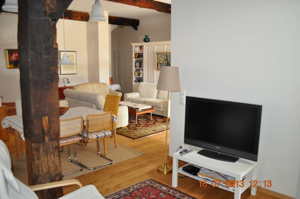 Ein großes Flachbildschirm-Fernsehgerät und gemütliche Relaxsessel laden ein.