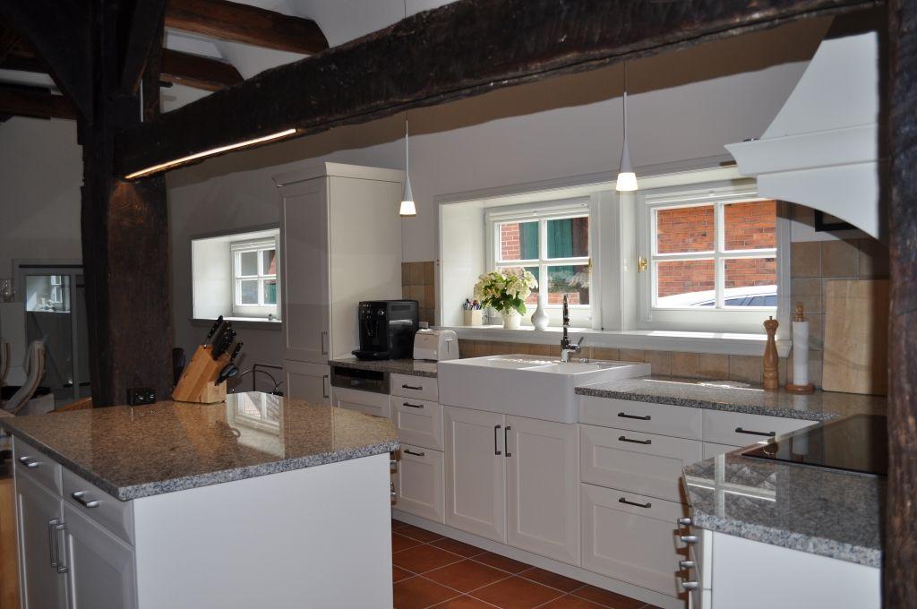 Gut ausgestattete Küchenzeile: mit Geschirrspüler, Kaffeevollautomat und Grill
