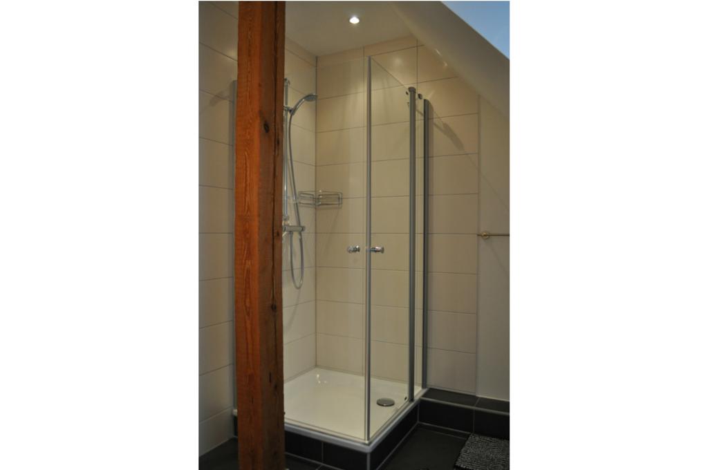 """Das Badezimmer der Fewo """"Leine"""" ist mit einer Dusche mit Duschkabine ausgestattet."""