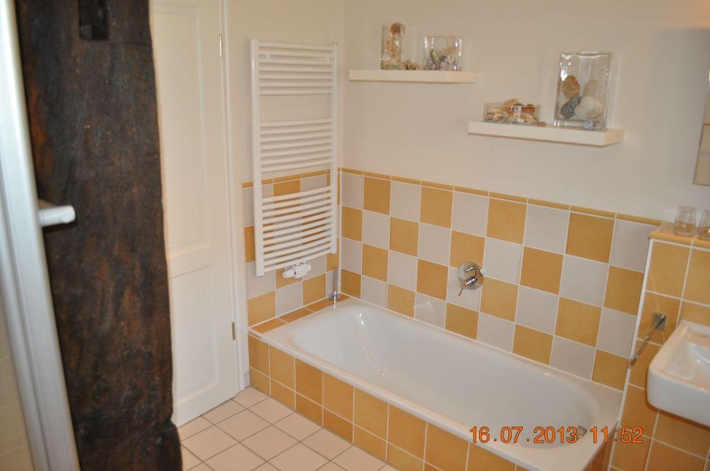 Badezimmer mit WC, Dusche, Badwanne und Waschbecken