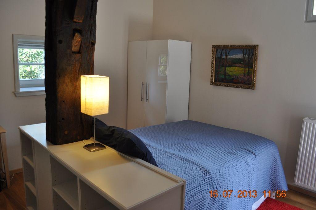 Schlafzimmer mit Kleiderschrank und Boxspring-Doppelbett