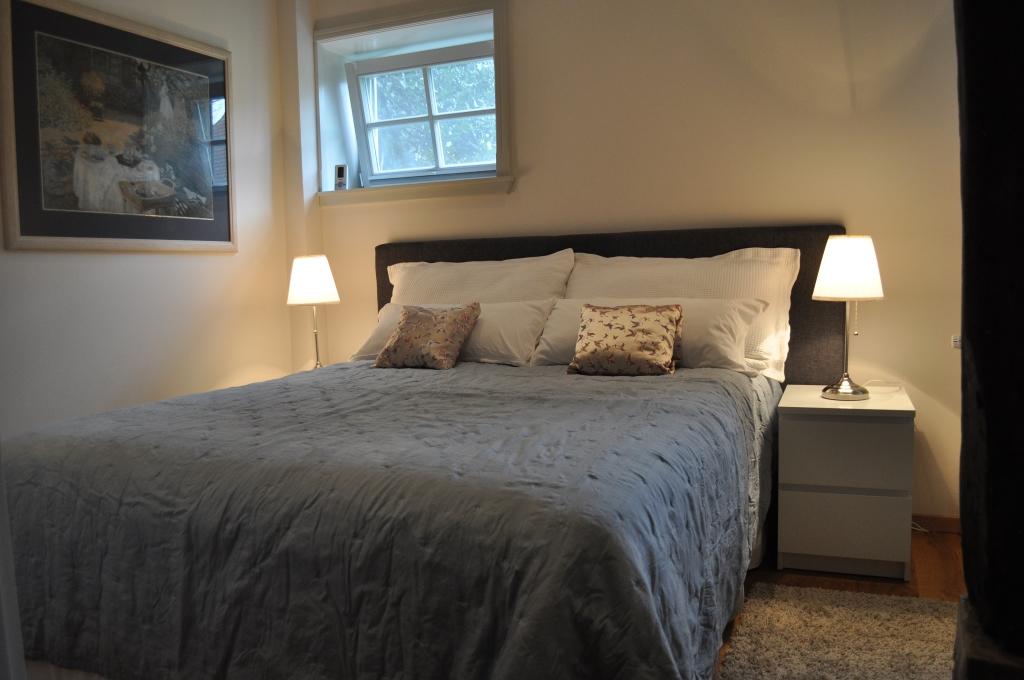 Doppelschlafzimmer mit Boxspringbett und Flachbild-TV