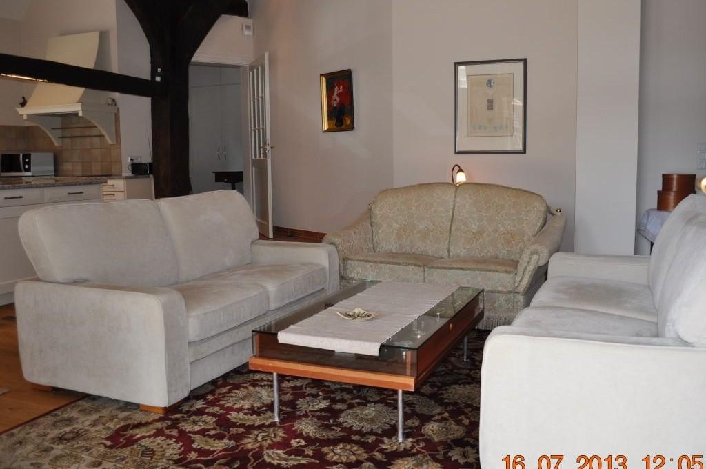 Sitzecke mit drei Sofas in der Ferienwohnung Aller